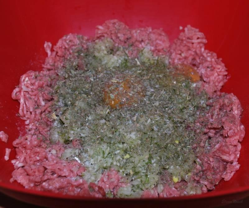 Соль, перец и сухая зелень по вкусу. Выдавливаем сок половинки лимона.