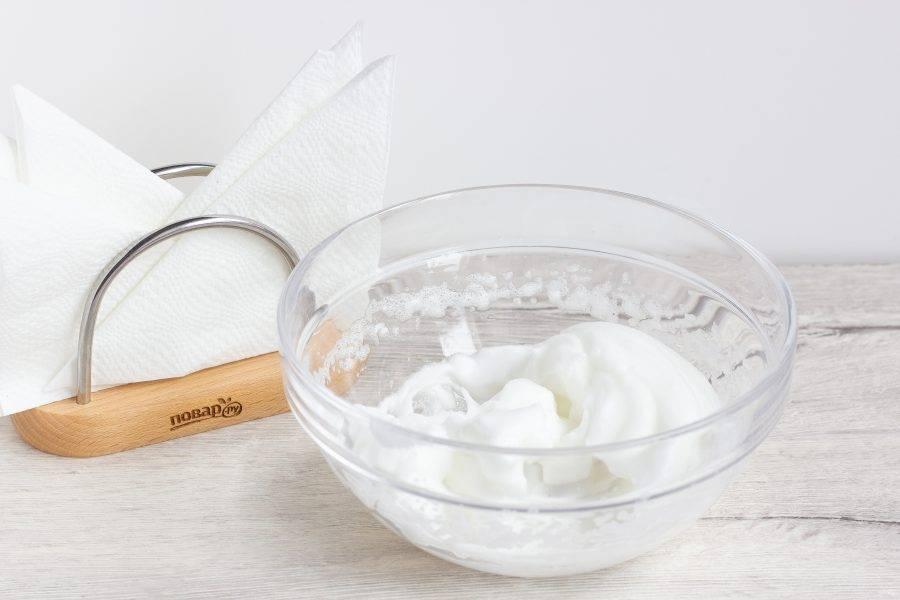 Яйцо тщательно помойте. Отделите белок от желтка. Белок взбейте с щепоткой соли до мягких пиков.