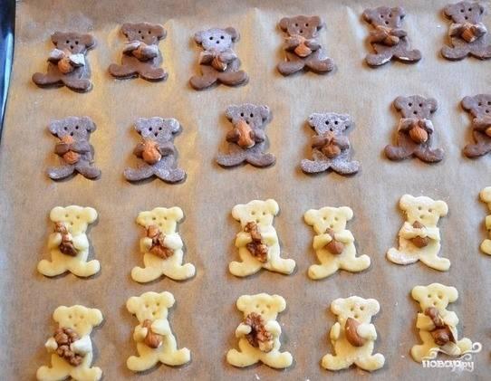 7.Теперь работа для ребенка. В лапки каждого животного необходимо положить по орешку, приветствуются грецкие и фундук. Зубочисткой нарисуйте медвежатам мордочки.