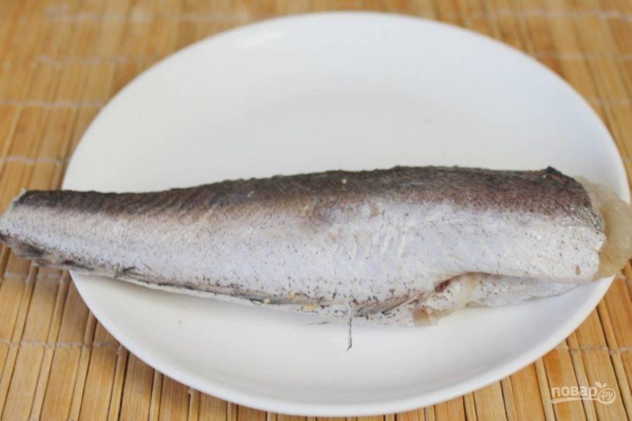 Рыбу потрошим и промываем в холодной воде.