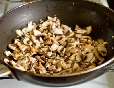 2. Курицу отварим и остудим, а грибы обжарим на  растительном масле. Когда жидкость из грибов уйдет - добавим лук, обжарим все вместе.