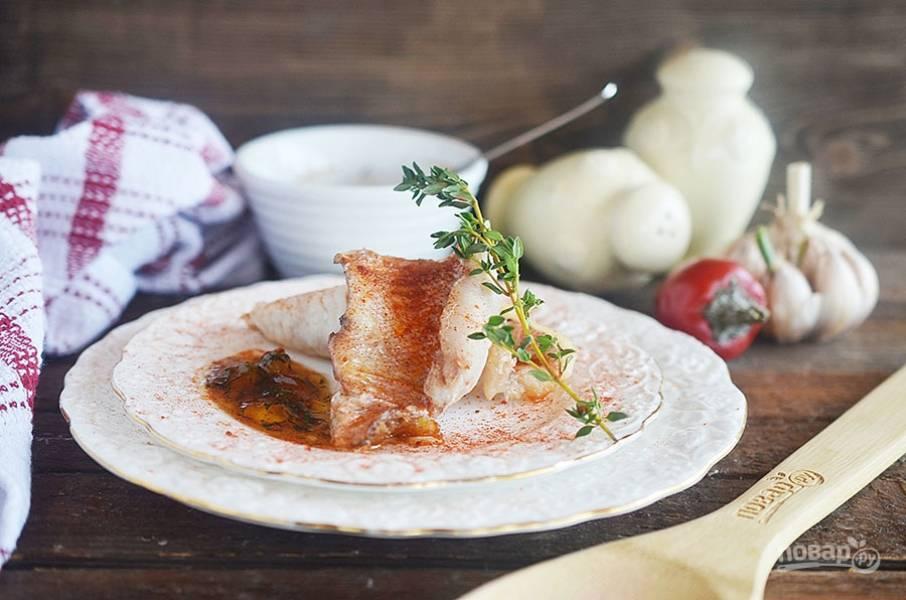5. Подавайте рыбу с соусом. Приятного аппетита!