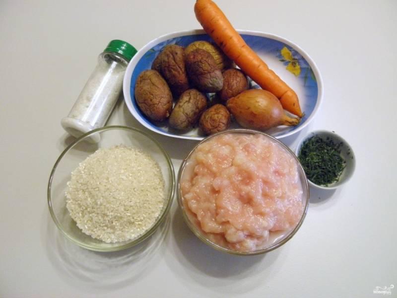 Подготовьте продукты для супа. Куриное филе измельчите со щепоткой соли, для этого используйте мясорубку или блендер.
