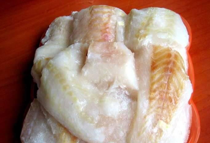 1. Ставим чищенный картофель вариться. Нам нужно будет из него приготовить пюре. Тем временем нарезаем филе рыбы на кусочки среднего размера.