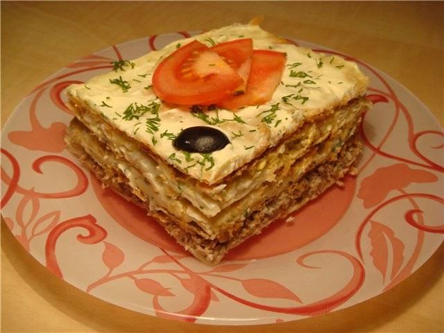 5. Украшаем слоеный пирог с рыбной консервой по своему желанию. Я обычно украшаю свежими овощами и зеленью.