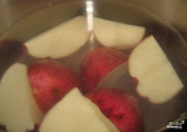 Отварите картофель в мундирах до готовности.
