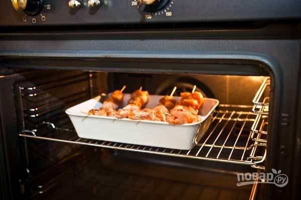 9. И отправьте в разогретой до 180 градусов духовку. Подавайте к столу шашлык с соусом и овощами. Приятного аппетита!