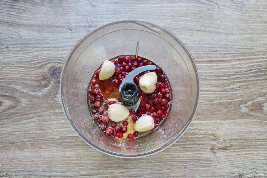 В чашу блендера выложите бруснику, очищенный чеснок, горчицу, мед и влейте уксус, растительное масло с соевым соусом. Все пробейте до однородности.