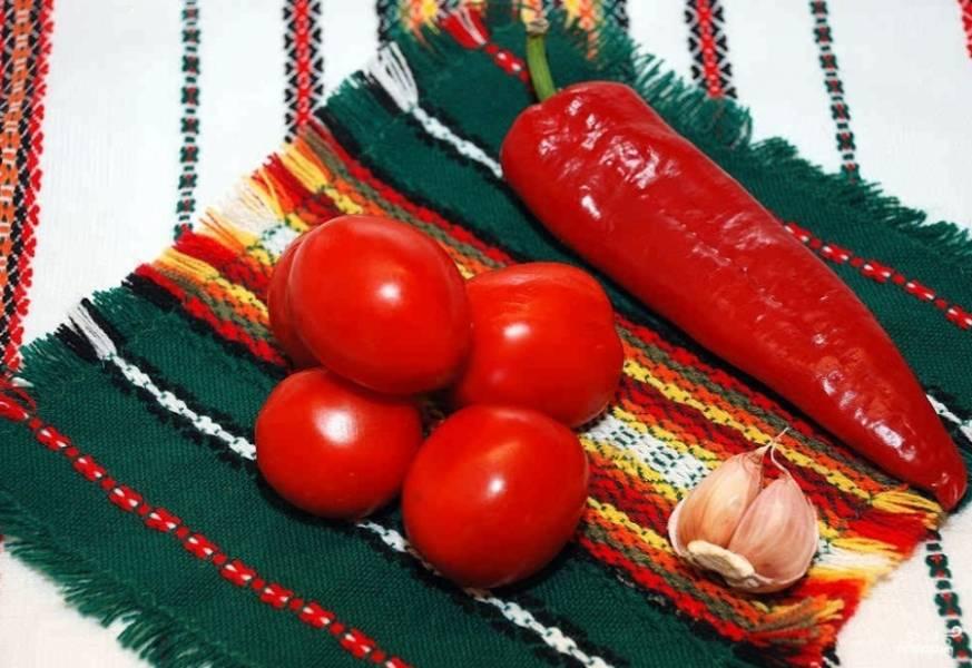 Чтобы соус был вкусным и насыщенным, выбирайте обязательно сочные и спелые помидоры.