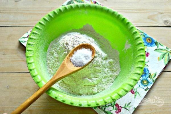 4. В отдельную мисочку тем временем просейте муку и добавьте соль.