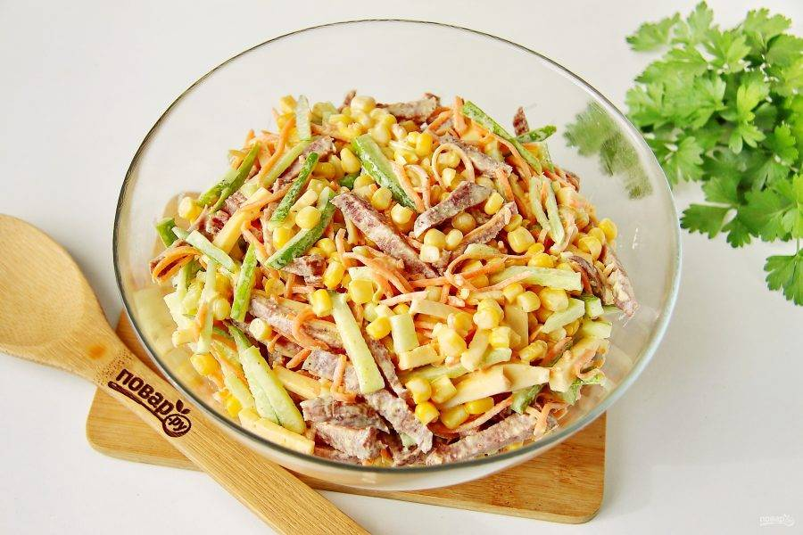 """Заправьте салат майонезом (соль я не добавляю) и все хорошо перемешайте. Салат """"Венеция"""" с колбасой готов."""