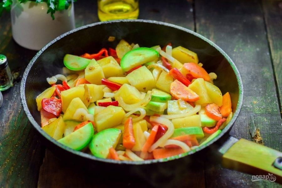 В сковороде разогрейте ложку масла, выложите овощи и жарьте 10 минут. После влейте 100 мл. горячей воды, добавьте соль и перец, тушите рагу под крышкой 20 минут.