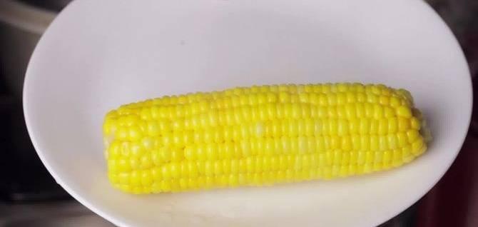 4. Варить кукурузу не надо, сразу после закипания ее можно достать из воды. Теперь процесс варки нужно остановить, для этого необходимо залить початки холодной водой или выложить на лед.