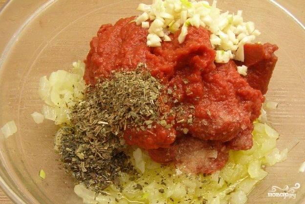 Лук очистите и измельчите. Смешайте его с луком, томатной пастой, базиликом, солью и перцем. Перемешайте.