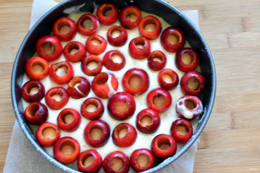 Вылейте половину теста, заливая ранетки полностью, чтобы тесто попало внутрь яблочек.