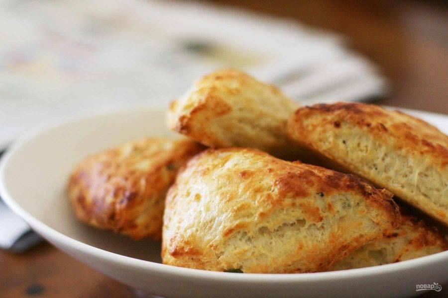 7.Готовое печенье переложите в тарелку и немного остудите, затем подавайте к столу.