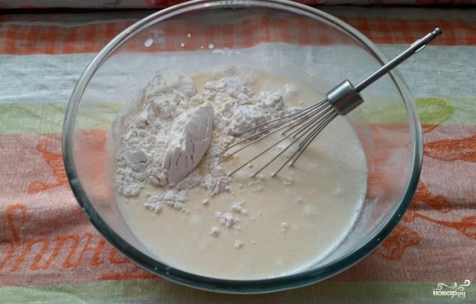 Небольшими порциями засыпаем муку с разрыхлителем, перемешивая тесто. Тонкой струйкой вливаем кипяток, продолжая перемешивать.