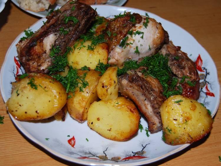 Наша курица в казане с картошкой готова. Подаем с зеленью. Приятного аппетита!