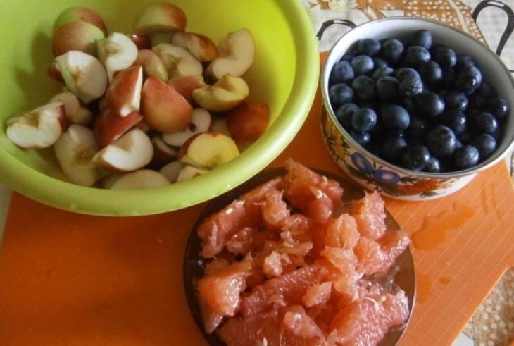 Все фрукты тщательно промойте. Грейпфрут очищаем, удаляем пленки, нарезаем средними кусочками. Яблоки нарезаем четвертинками, удаляем семечки.