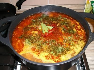 Выкладываем в кастрюлю картофель, мясо и промытый рис. Также добавляем специи и зелень. Варим до готовности картофеля и риса.