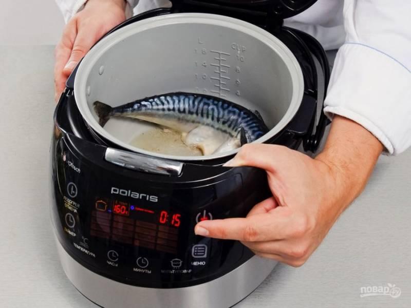 3.Достаньте чеснок из чаши, выложите рыбку и обжаривайте её в течение 5 минут с каждой стороны. Тем временем чеснок раздавите вилкой, смешайте его со сливками и укропом.