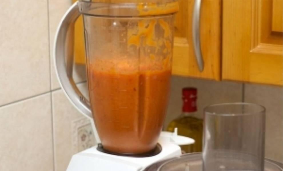 4. Снимаем кожицу с помидоров и очищаем запечённый чеснок. После этого измельчаем все это в блендере до однородной массы.