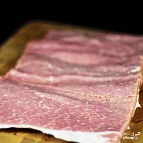 Вновь разворачиваем мясо как книжку. В итоге, большой кусок мяса мы разрезали так, что он стал тонким, но в 3 раза больше по площади.