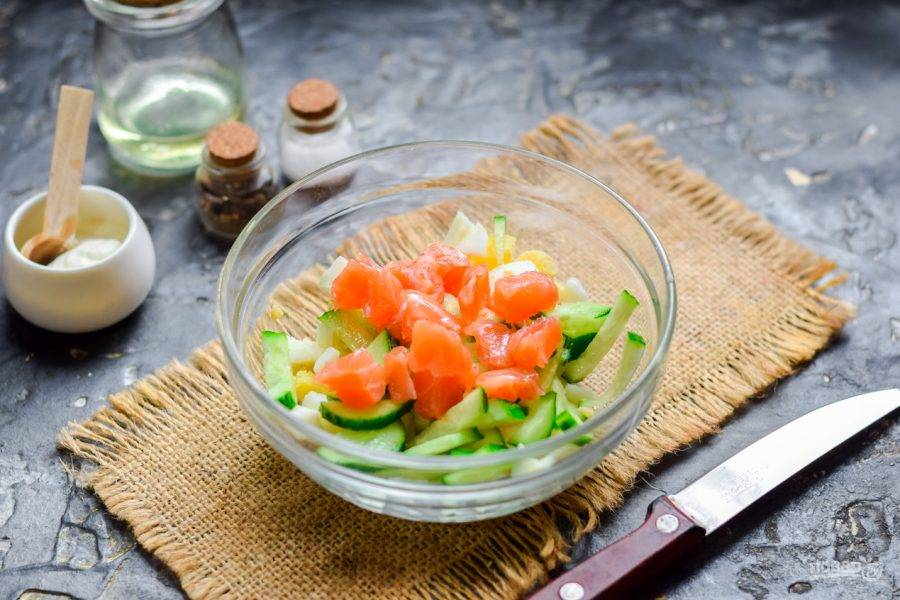 Семгу филируйте. Нарежьте рыбу небольшими кубиками, добавьте в салат.