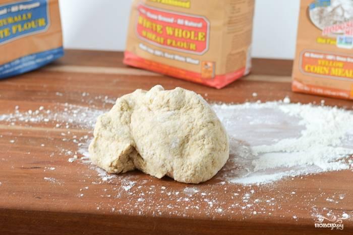 В теплой воде сначала разведите дрожжи. Всю муку просейте в глубокую миску, добавьте соль и сахар, сделайте углубление и вылейте разведенные дрожжи - замесите тесто.