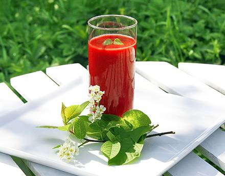 4. Арбуз также может быть полезен при похудении. Его сок можно соединить с измельченными в блендере свежими ягодами и приготовить ароматный и аппетитный смузи. Разбавить его можно соком грейпфрута, который также незаменим, если вы стараетесь избавиться от лишнего веса.