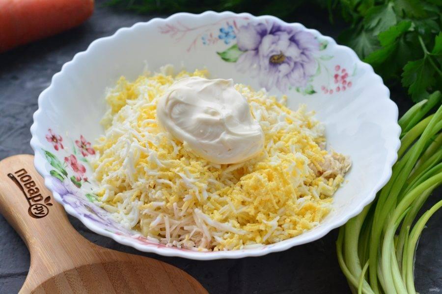 Перемешайте салат с майонезом, добавьте специи по вкусу.