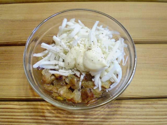 11. Жареные ножки с луком соедините с сыром и майонезом, специи по вкусу.