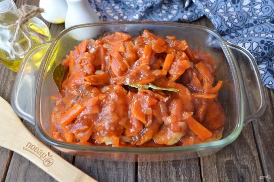 Залейте соусом томатным котлеты и отправьте в духовку на 15-20 минут. Подавайте блюдо  горячим!