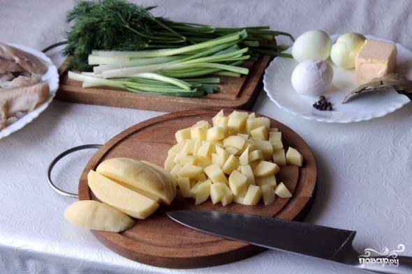 Подготовьте все необходимые ингредиенты. Овощи промойте и очистите. Отварите яйца вкрутую.