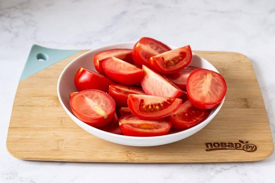 Помидоры помойте, обсушите. Разрежьте пополам. Крупные томаты можно разрезать на 4 части.