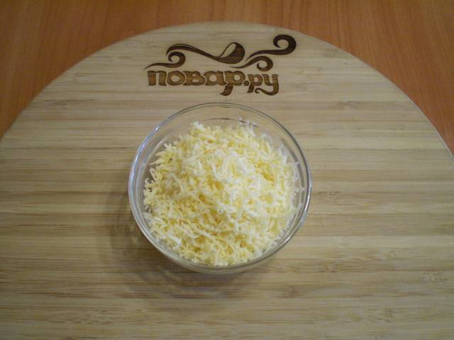 2. Трем сыр на мелкой терке или просто тонко режем ножом.