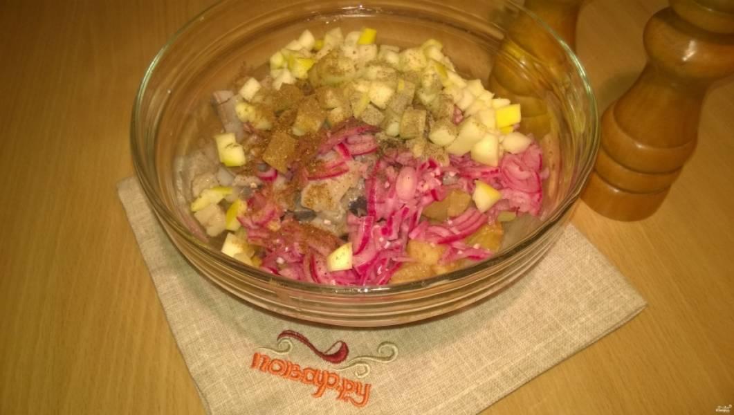 2. Положите все продукты в салатницу, полейте соусом, добавьте перец молотый и специи для картофеля, все тщательно перемешайте. Масло можно использовать любое: оливковое, подсолнечное и даже то, в котором была сельдь. С любым будет вкусно, так что ориентируйтесь на свои предпочтения!