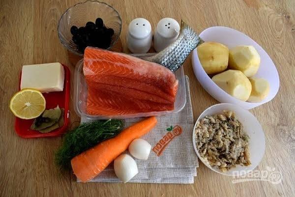 1.     Подготовьте необходимые продукты. С филе снимите кожу, удалите кости. Овощи помойте, очистите. Сардину разомните вилкой.