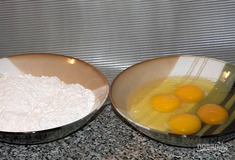 Подготовьте муку и яйца. Яйца взбейте венчиком, добавьте к ним соль.