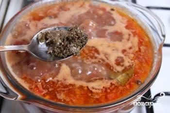 Добавьте приправы в суп. Готовьте его ещё 12 минут.