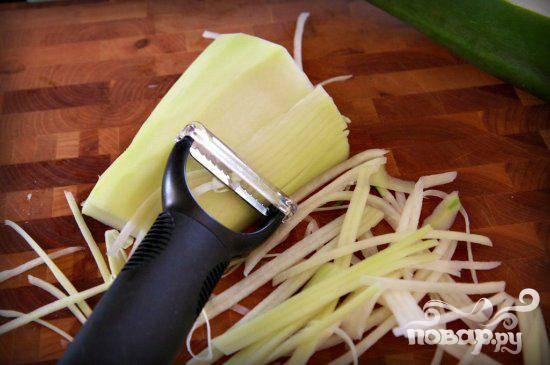4. Мелко нарезать папайю тонкой стружкой, чтобы получилось примерно 3 чашки. Выложить в большую миску.