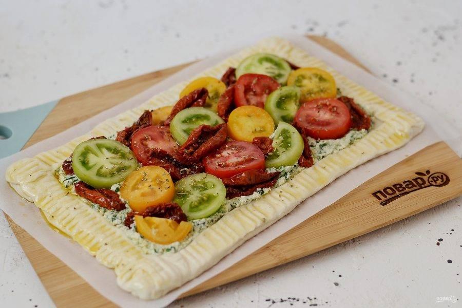 Выложите свежие и вяленые томаты. Посолите, посыпьте итальянскими травами. Бортики пирога смажьте растительным маслом. Выпекайте пирог 35 минут при температуре 180 градусов.