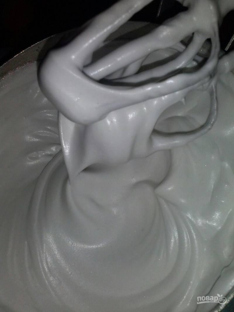 6. Горячий сироп вливаем тонкой струей и продолжаем взбивать еще около 10 минут, пока крем не станет плотным.