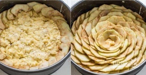 4. На дно противня для выпекания разместите тесто, аккуратно украсьте яблоками и посыпьте сверху смесью корицы и оставшегося сахара.