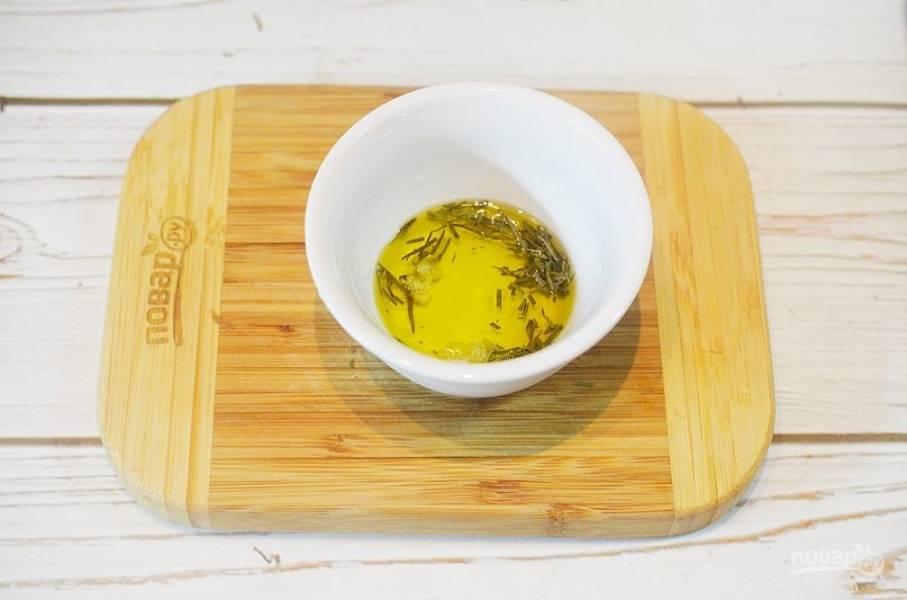 4. Смешайте рубленые листики розмарина, зубчик чеснока и ложку масла.