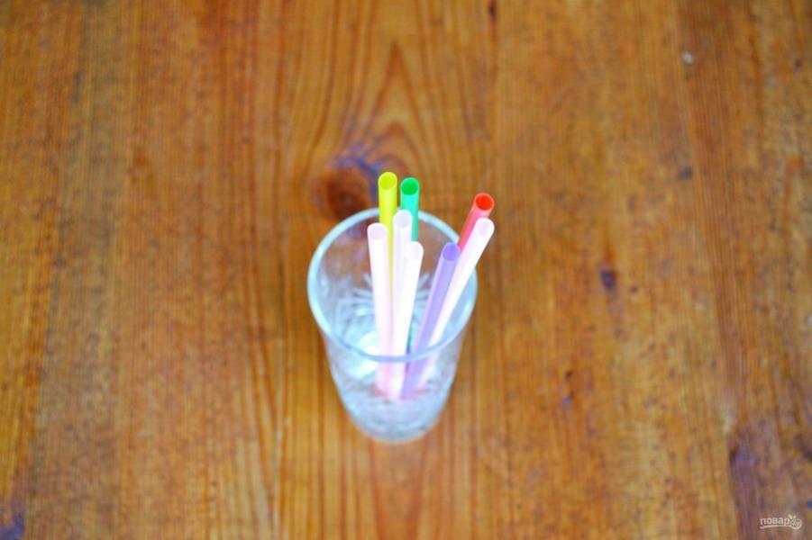Соломинки соедините резинкой или ниткой. Установите их в стакане или в другой удобной емкости.