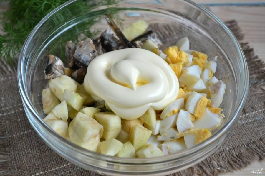 Смешайте все ингредиенты, заправьте салат майонезом.
