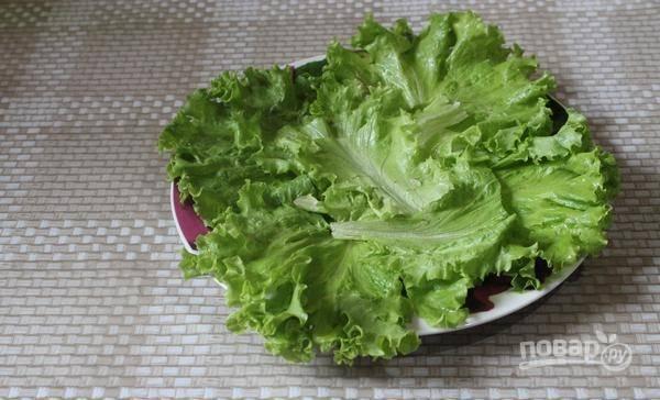 Промытые и высушенные листья салата уложите на плоскую салатницу. Капусту мелко нашинкуйте.