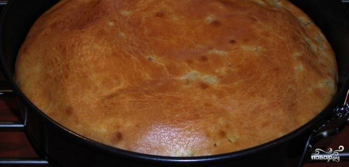 7. Отправьте заливной пирог с сайрой и рисом в духовку, выпекайте при температуре 180 градусов около 35-40 минут. Готовность пирога проверяйте традиционным способом - ножом или зубочисткой.
