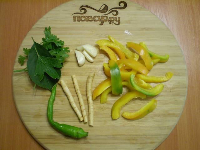 Порежьте кусочками чеснок, перец болгарский.